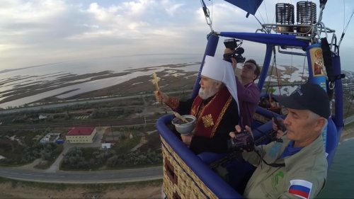 Митрополит Феодосийский и Керченский Платон освятил Крымский мост с аэростата
