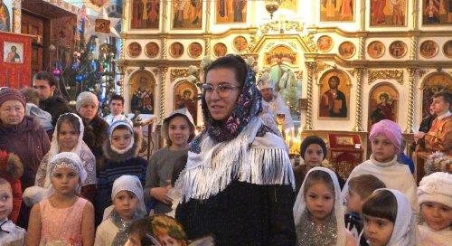 Воспитанники воскресной школы при храме Воскресения Христова поздравили прихожан с праздником Рождества Христова